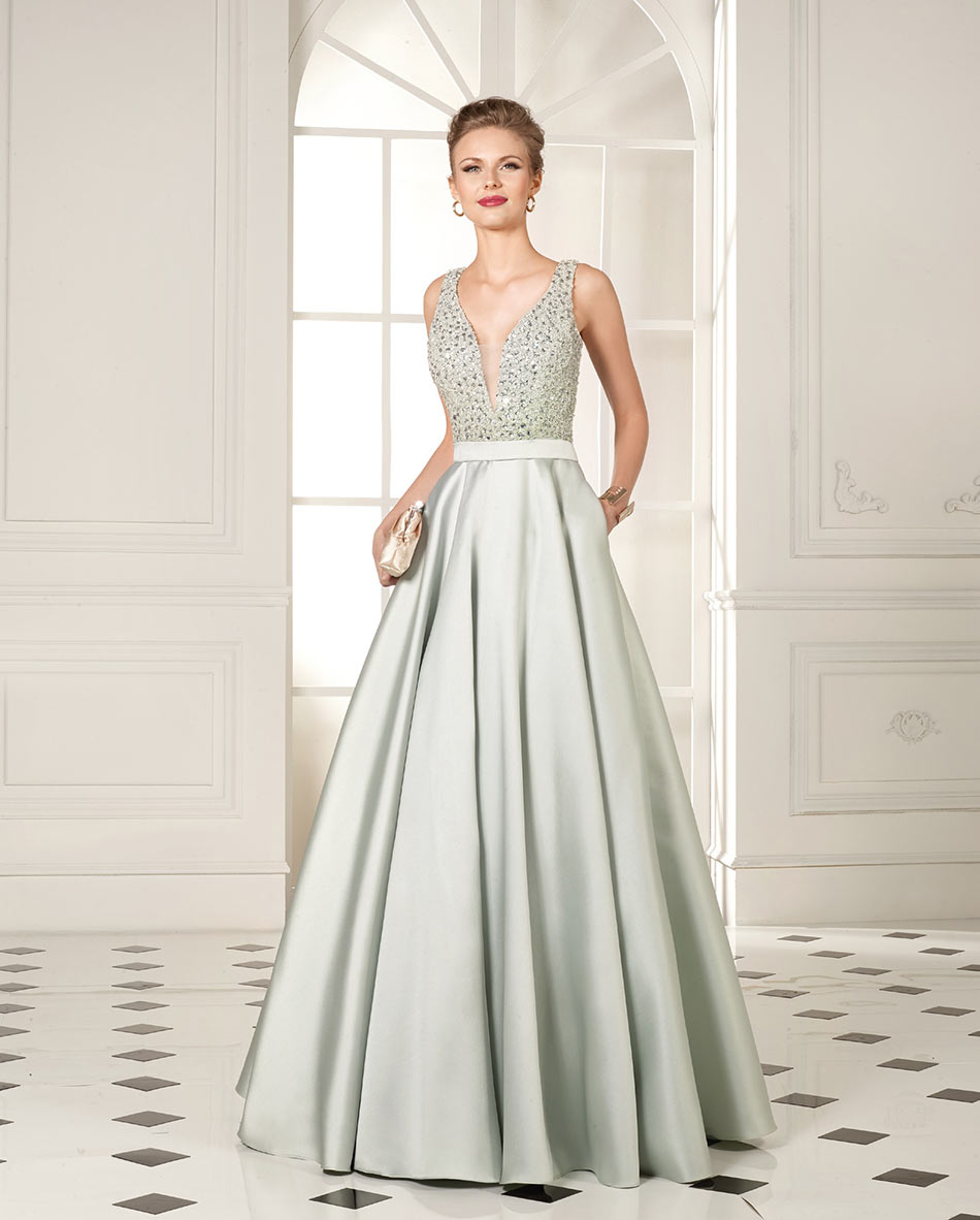 Model trägt silbernes Abendkleid in A-Linie mit glitzerndem Oberteil