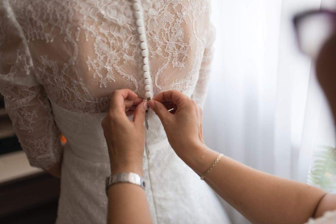 Brautkleid wird zugeknöpft