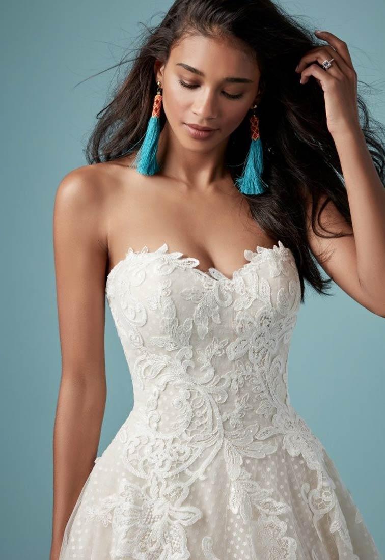 Brautkleid mit gepunktetem Tuell Details