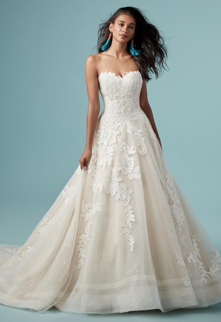 Brautkleid mit gepunktetem Tuell