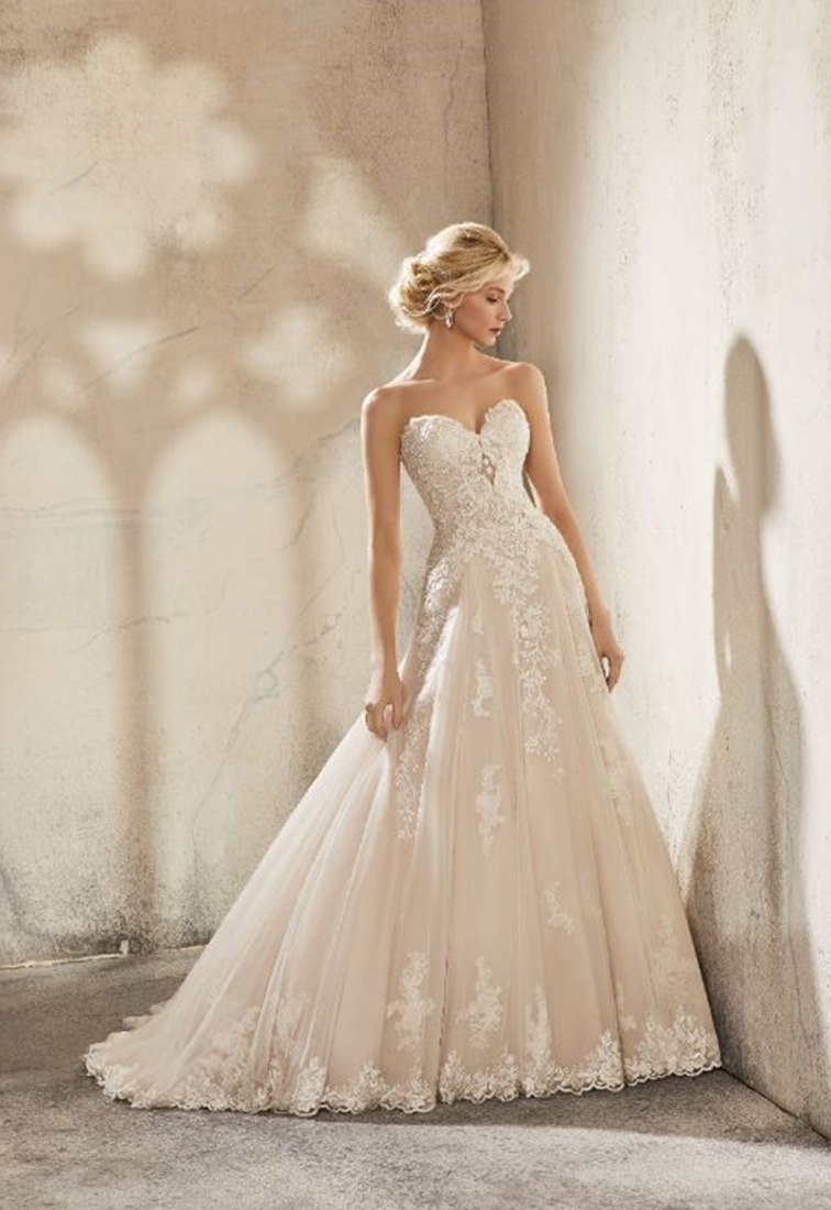 Brautkleid mit aufwendigen Spitzendetails Rueckansicht